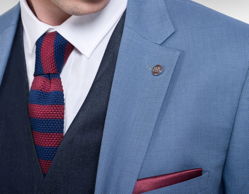 Jak a kdy nosit pletenou kravatu – červenomodrá pletená kravata outfit