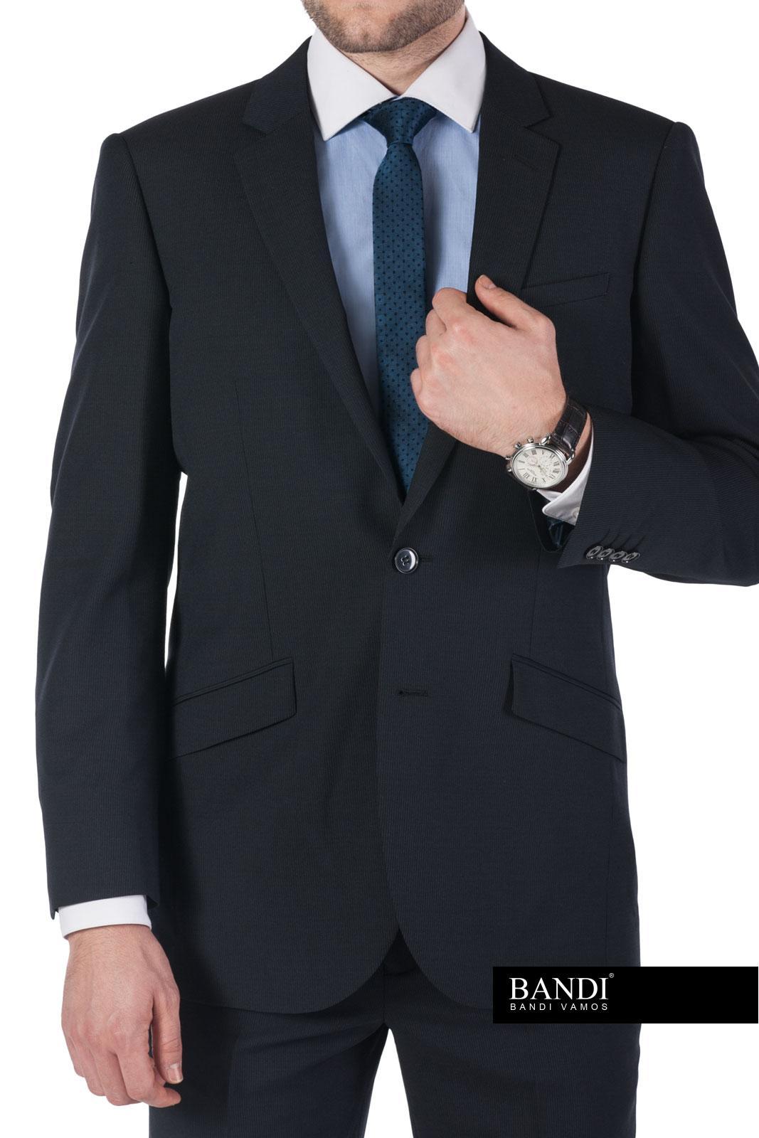 Decentní úzká kravata působí moderním dojmem