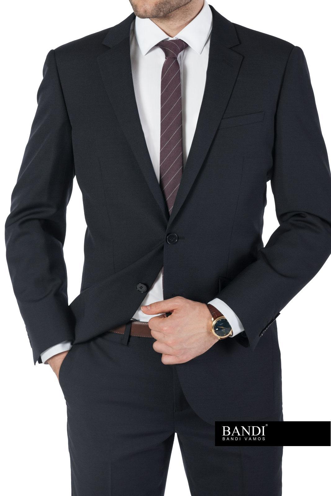 Příklad pracovního outfitu – matný oblek, bílá košile, tmavá kravata