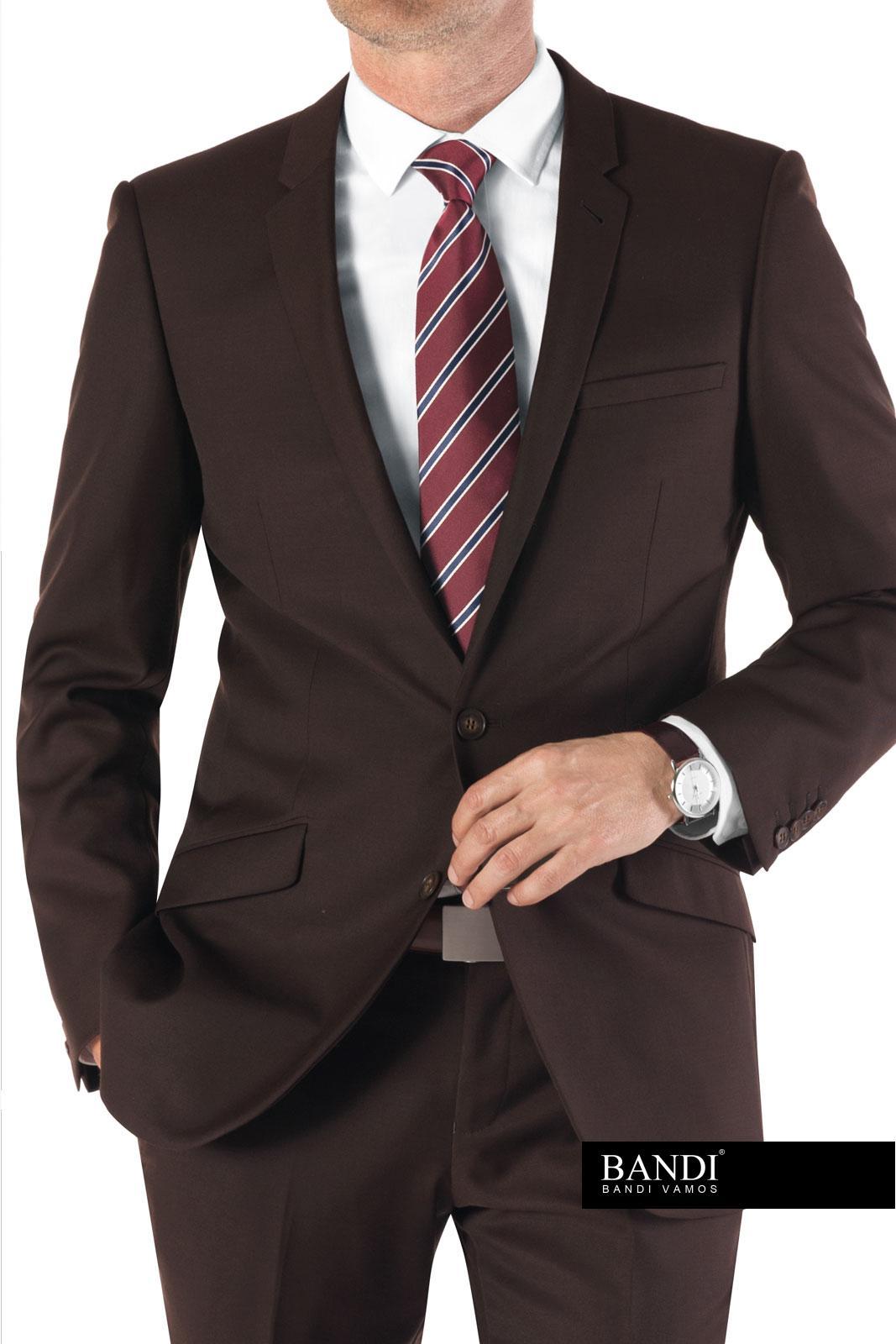 Příklad pracovního outfitu – hnědý oblek a kravata s diagonálními pruhy