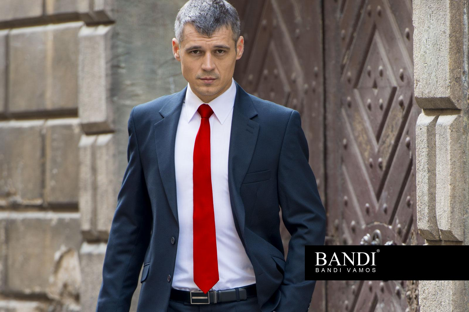 Úvodní fotografie – manažer s červenou kravatou