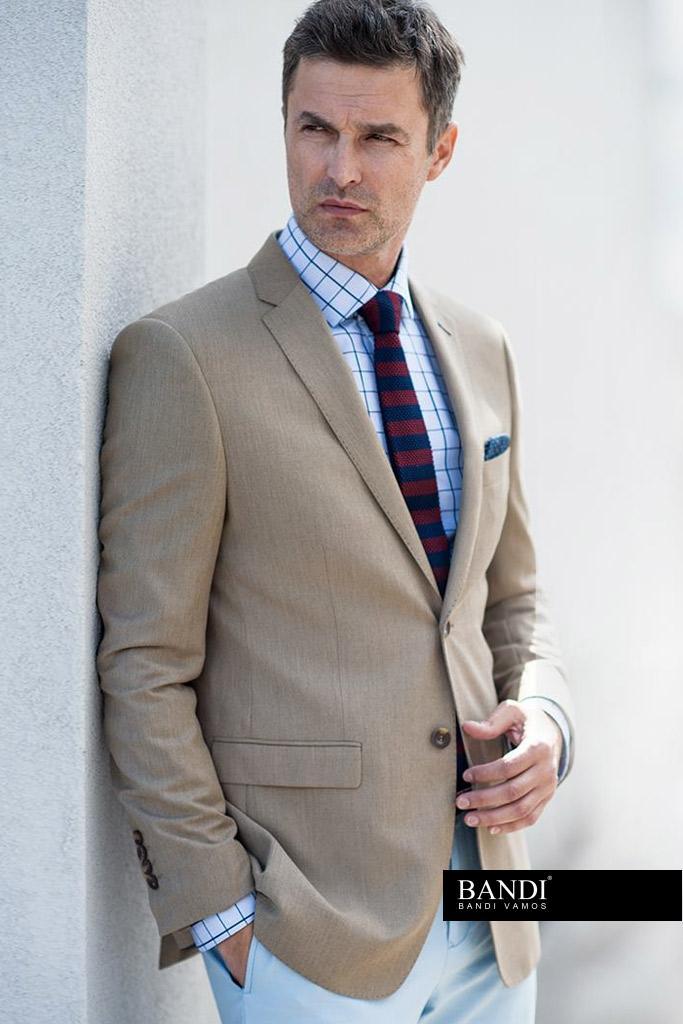 Ideální outfit pro dress code Business Casual se sakem a pletenou kravatou