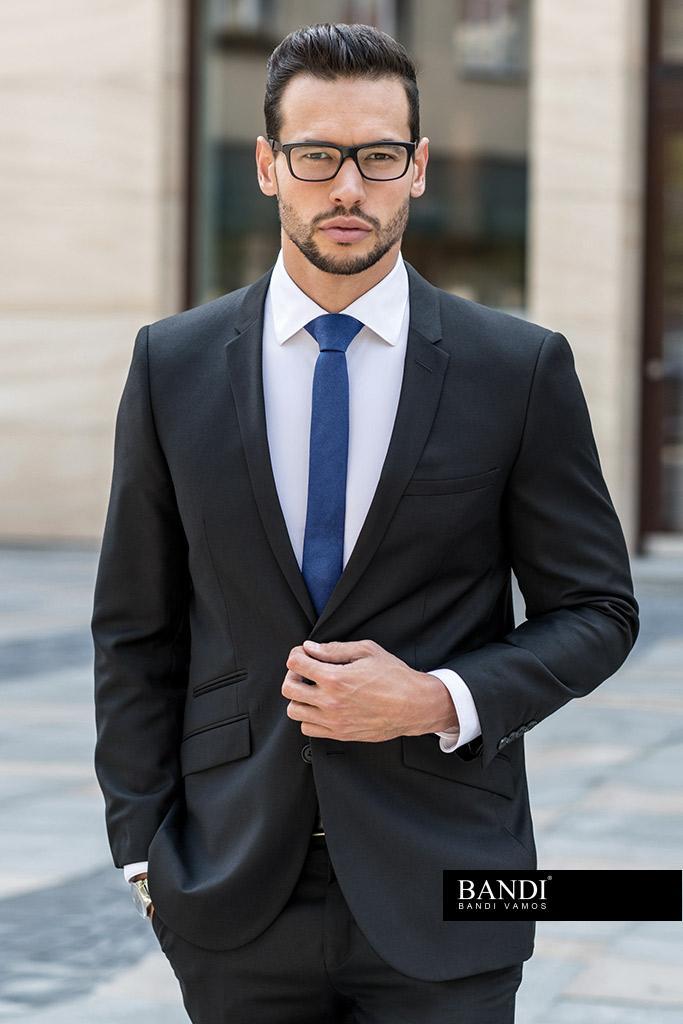 Elegantní outfit pro svatebního svědka s modrou kravatou