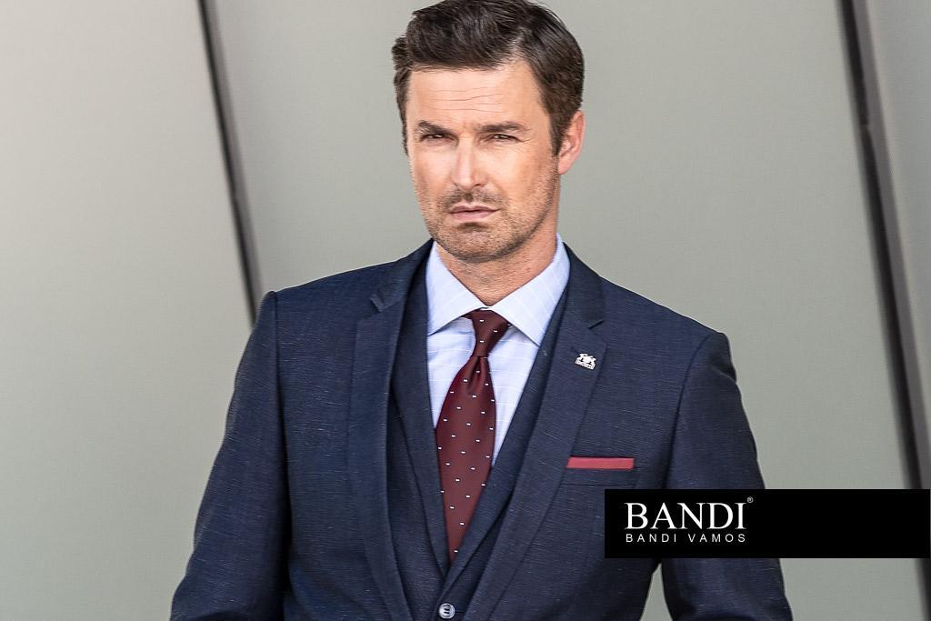 Oblek perfektně zkombinujete i se vzorovanou košilí a kravatou