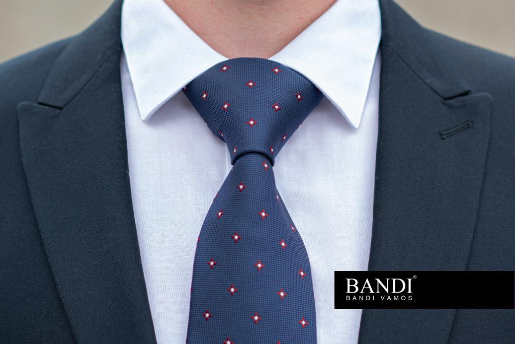 Kravatový uzel Windsor Full vynikne v košili s širokým límcem