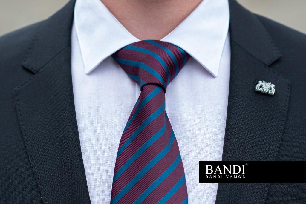 Elegantní kravatový uzel Windsor Half nejlépe vynikne v košili s širším límcem